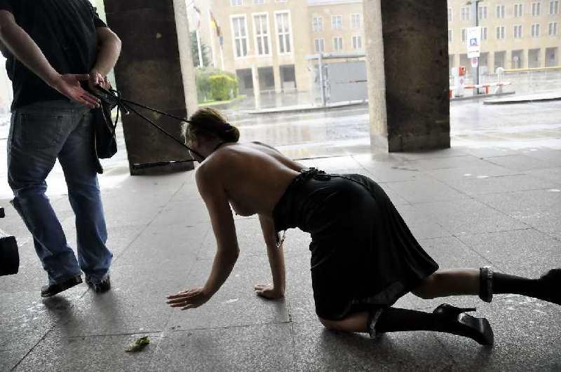 öffentliche erniedrigung sklavin